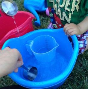 Pasando el agua de un cubo a otro.