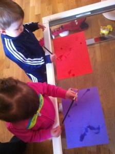 Pintando con agua en una mesa.